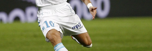 epa01453347 Boudewijn Zenden of Marseille shoots the ball and scores a goal against Auxerre during French League One soccer match, in Marseille, France the 17 August 2008. Marseille won 4-0. EPA/GUILLAUME HORCAJUELO